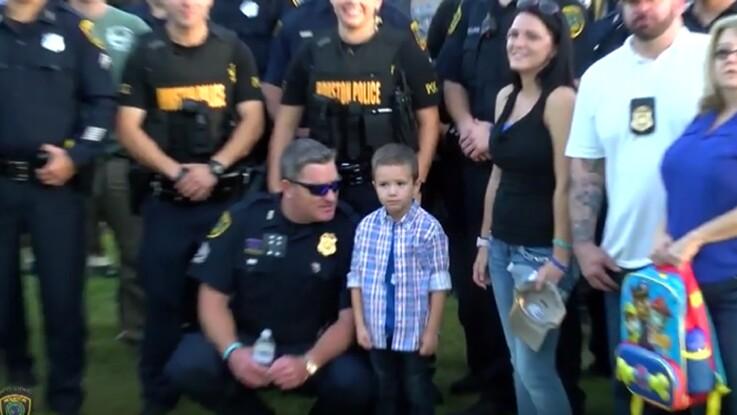 Vidéo - Rentrée des classes : quand des policiers remplacent un papa décédé