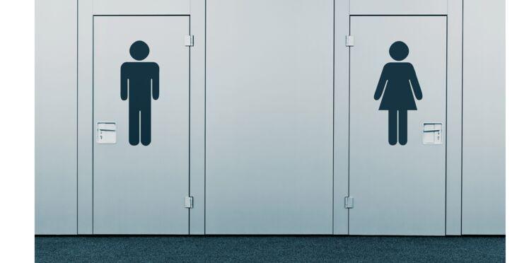 Des tables à langer dans les toilettes pour hommes