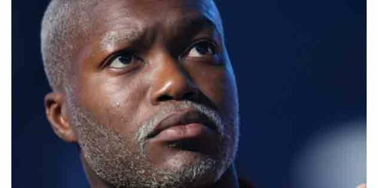 Djibril Cissé, braqué par deux hommes armés