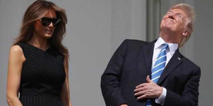 Donald Trump regarde l'éclipse solaire sans lunettes de protection