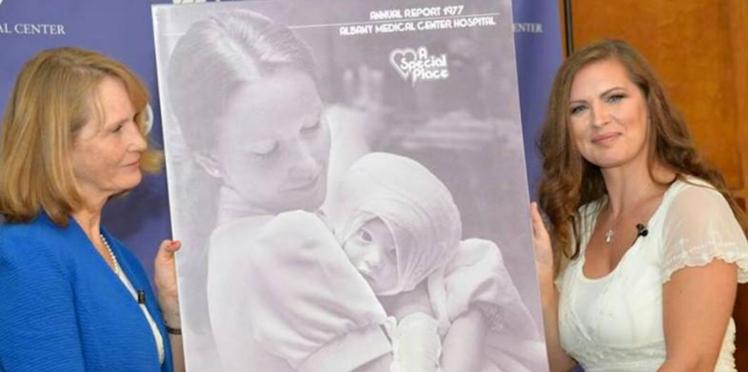 Elle retrouve l'infirmière qui l'a sauvée lorsqu'elle était bébé, grâce à Facebook !