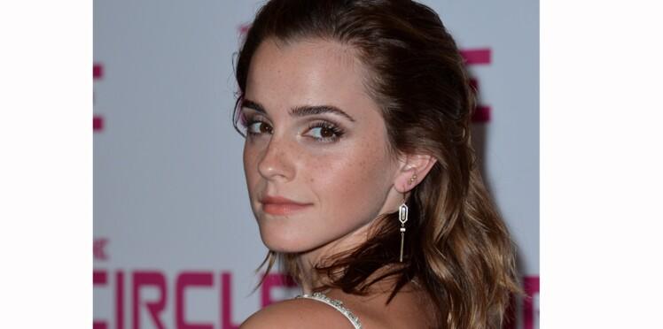 """Emma Watson a caché 100 exemplaires de """"La servante écarlate"""" dans Paris"""