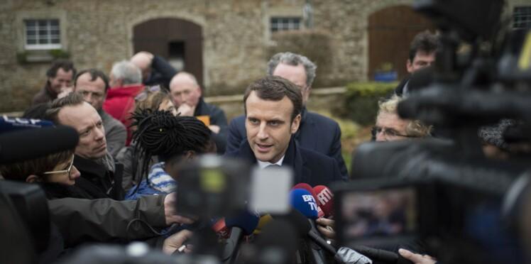 Photo: Emmanuel Macron, en campagne, un porcelet dans les bras