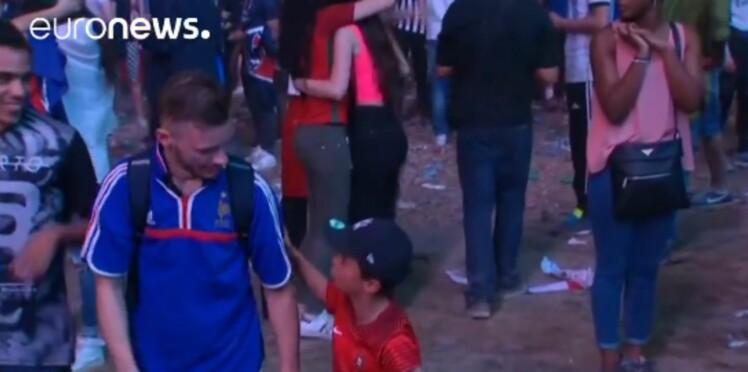 Euro 2016 : un mini supporter portugais réconforte un Français en larmes