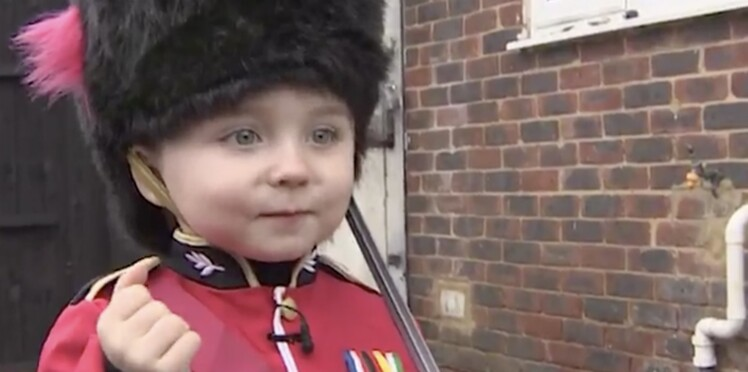 VIDEO - Adorable : un garde royal britannique réalise le rêve d'un petit garçon
