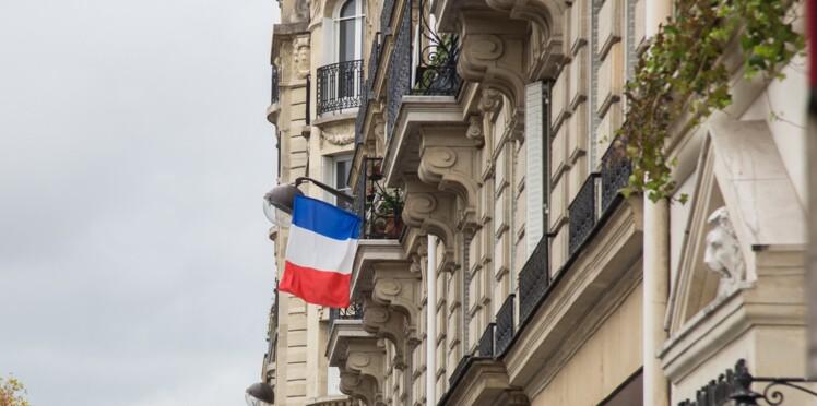 Drapeaux aux fenêtres et cérémonie aux Invalides: l'hommage national aux victimes des attentats