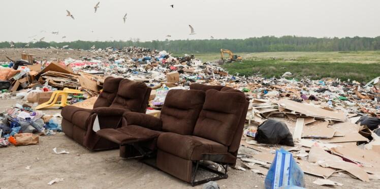 Un homme reçoit à domicile les ordures qu'il avait abandonné dans la nature