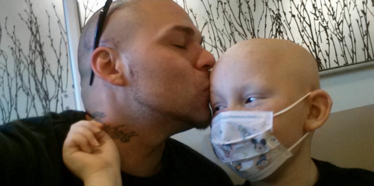 Il se tatoue le crâne par solidarité avec son fils, atteint de cancer