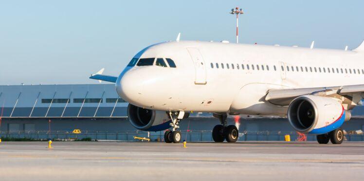 Une femme découvre l'infidélité de son mari en plein vol, l'avion atterrit en urgence
