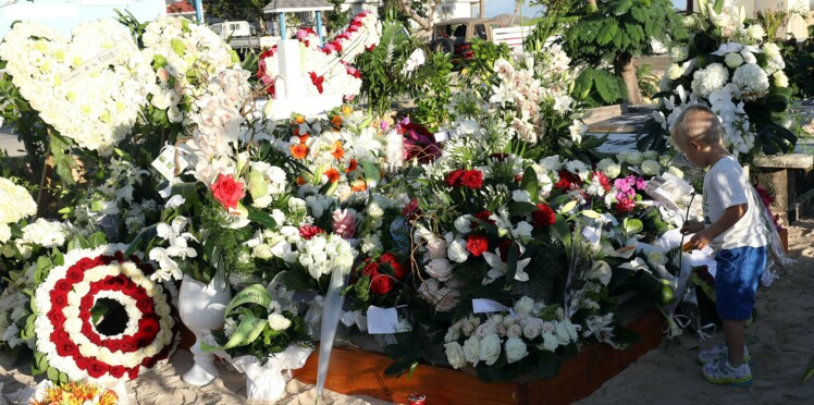 Photos - Jade et Joy se recueillent enfin sur la tombe de leur père Johnny Hallyday