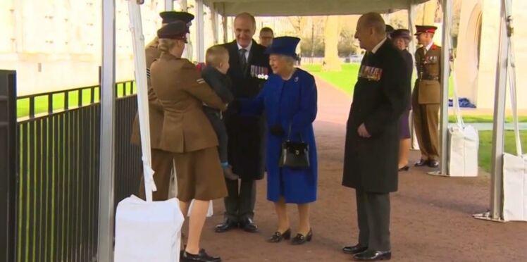 La reine d'Angleterre terrorise un petit garçon