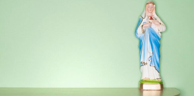 """La Vierge Marie """"enceinte jusqu'au cou"""" raconte son périple sur Twitter"""