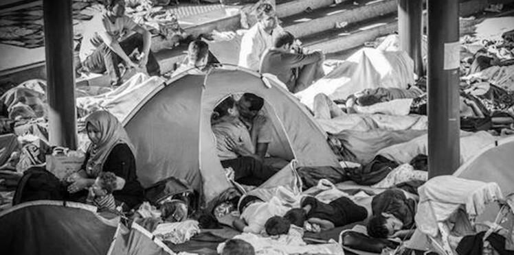 """Le """"baiser des réfugiés syriens"""" : le cliché émouvant qui fait le tour de la toile"""