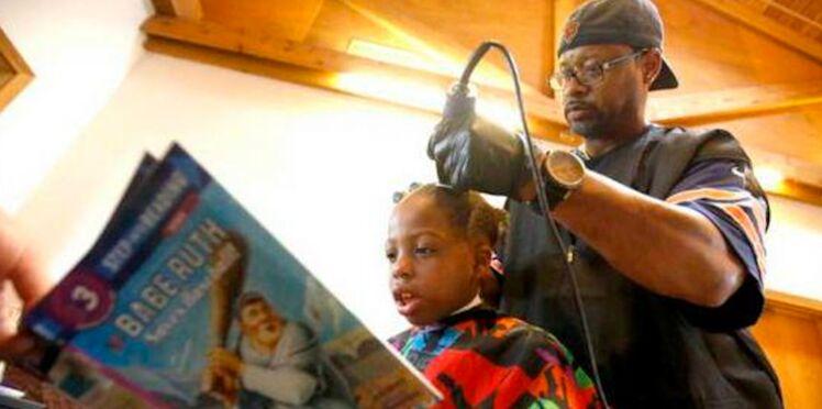 Ce coiffeur a une astuce géniale pour faire lire les enfants !