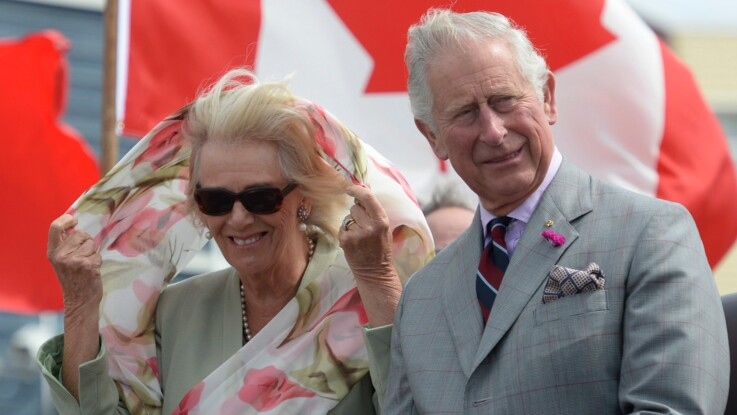 VIDEO - Le Prince Charles et Camilla piquent un fou rire pendant un spectacle traditionnel