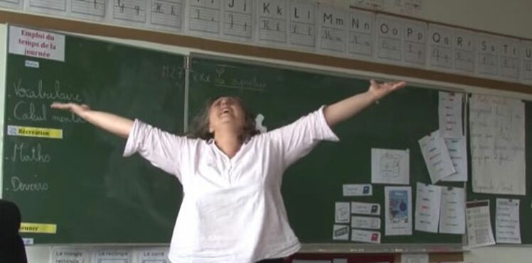 Libérée des livrets: la vidéo hilarante d'une institutrice qui parodie la Reine des neiges