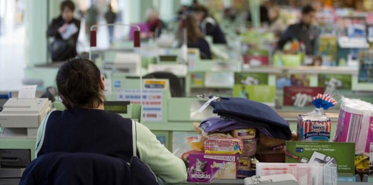 Une caissière de supermarché licenciée après avoir perdu son bébé