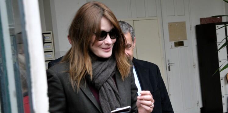 Brigitte Macron reçoit les compliments de Carla Bruni sur son look