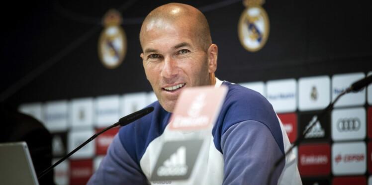 Photo: Joyeux Noël ! Les Zidane posent devant leur sapin