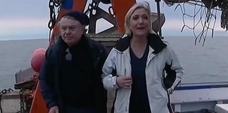 Marine Le Pen parle aux dauphins en les imitant et fait hurler de rire les internautes