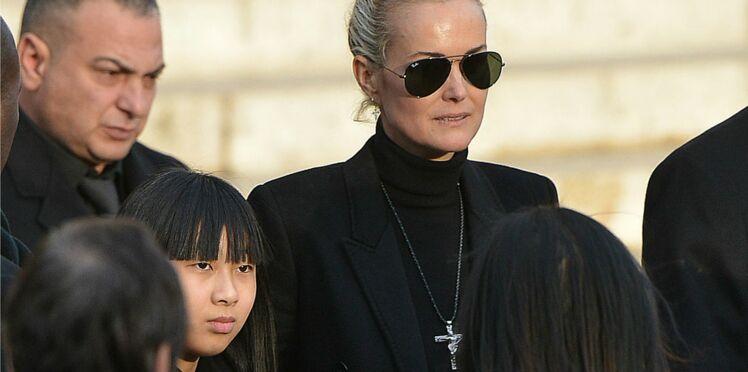 Mort de Johnny Hallyday : pourquoi Laeticia ne porte-t-elle plus la croix de son rockeur ?