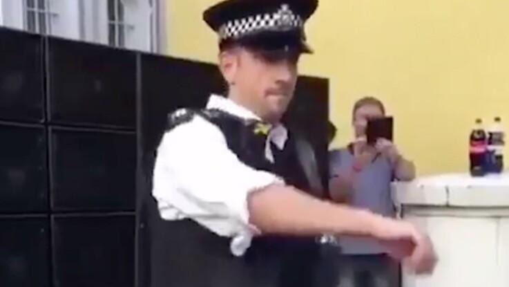 Londres : un policier réalise une danse endiablée au carnaval de Notting Hill