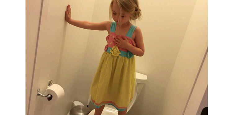 Pourquoi cette gamine est-elle debout sur les WC ? La réponse est déprimante...