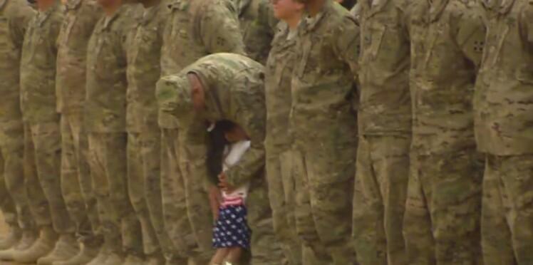 Une petite fille casse le protocole militaire pour embrasser son père