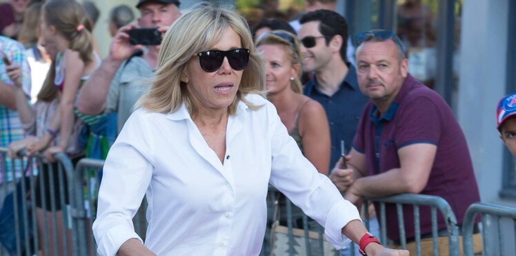 Photos - Brigitte Macron définitivement contrainte de suivre Emmanuel Macron à vélo