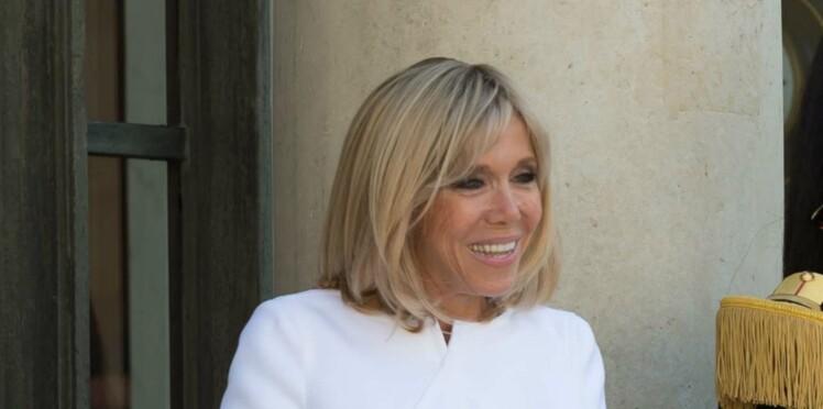 Photos -  Brigitte Macron lumineuse et élégante, fait mouche en robe blanche Courrèges
