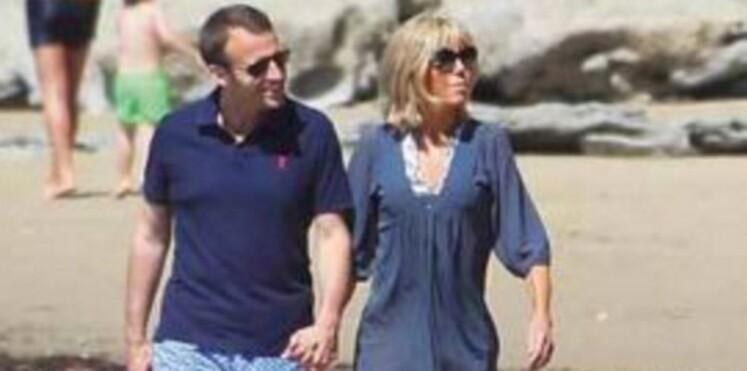 Photos : Emmanuel Macron s'expose avec sa femme Brigitte (et un nudiste au passage)