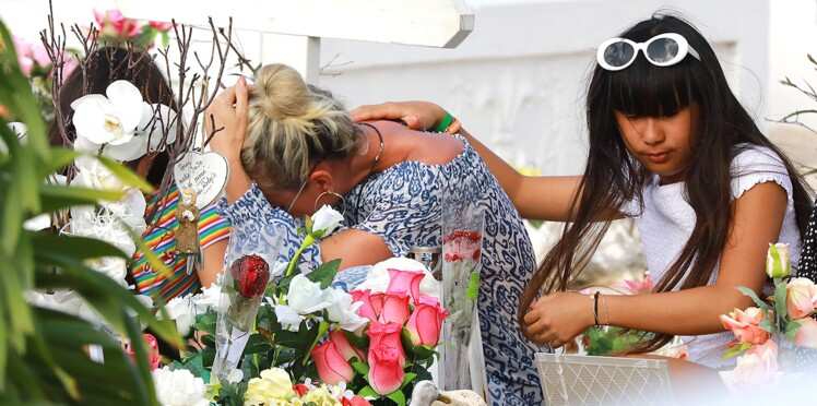 Photos - Laeticia Hallyday fond en larmes sur la tombe de Johnny avec Jade et Joy