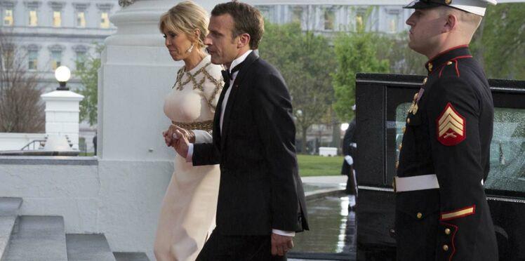 """Michel Onfray tacle Emmanuel Macron : """"La façon de tenir la main de son épouse en permanence, je ne trouve pas ça digne"""""""