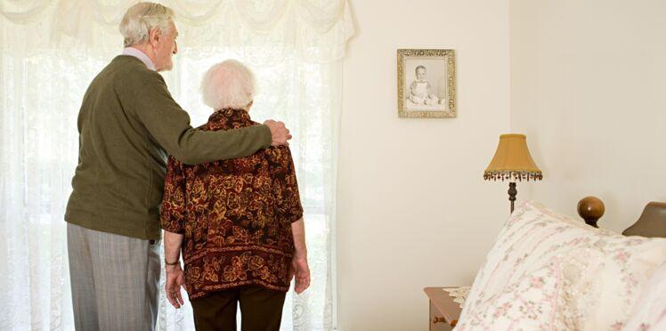 Un couple de 95 ans se sentant seul appelle la police à l'aide et propose... du thé!