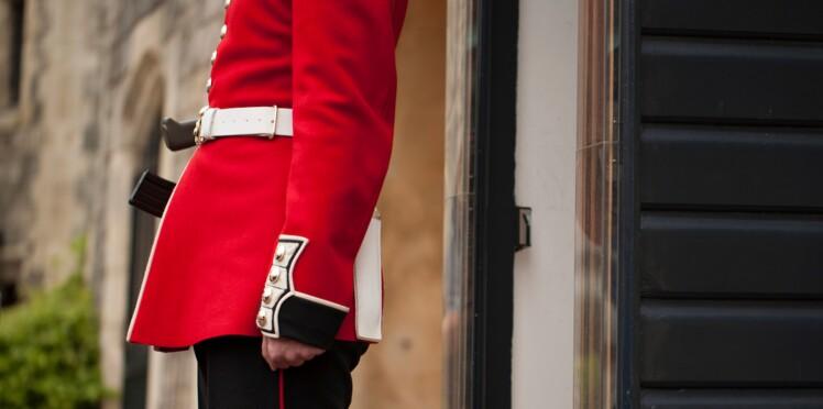 Vidéo : un garde royal menace un touriste un peu trop gênant avec son fusil
