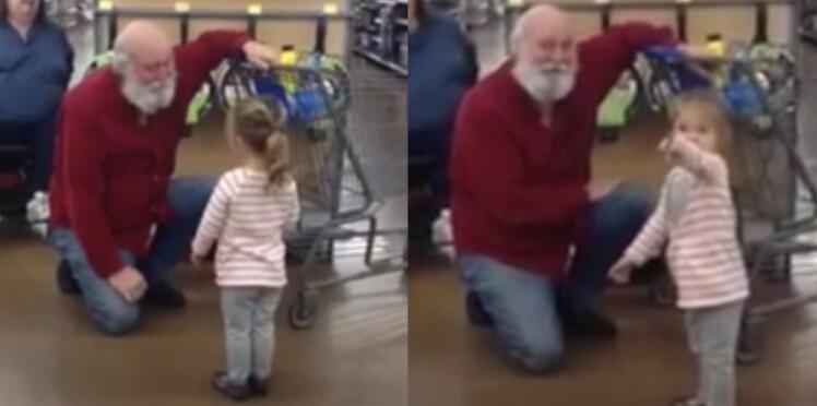 Vidéo : cette fillette au supermarché croise un client et le prend pour le père Noël