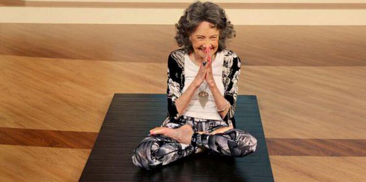 VIDEO – À 98 ans, elle est la professeur de yoga la plus âgée du monde