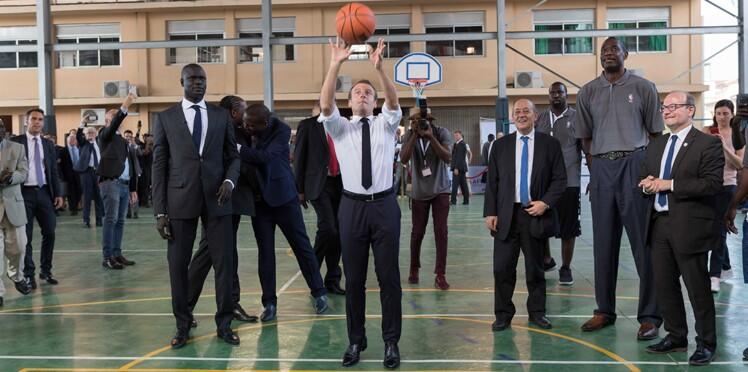 Vidéo - Emmanuel Macron joue (maladroitement) au basket au Nigeria