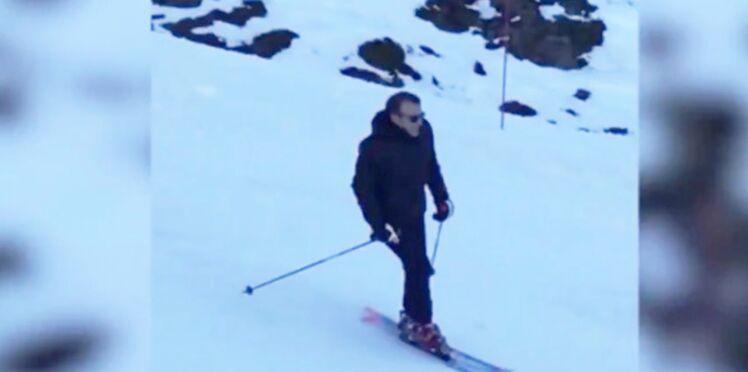 Vidéo – Emmanuel Macron s'éclate sur les pistes de ski (et Brigitte prend des selfies)