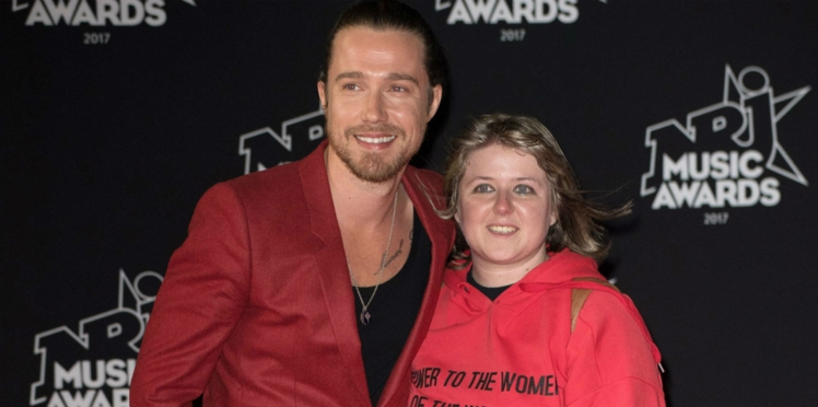 Vidéo - Julien Doré fait monter avec lui, en direct, une jeune fan sur le tapis rouge des NRJ Music Awards