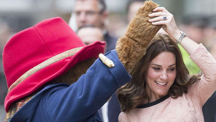 Vidéo - Kate Middleton, enceinte, danse avec l'Ours Paddington (et c'est trop mignon)