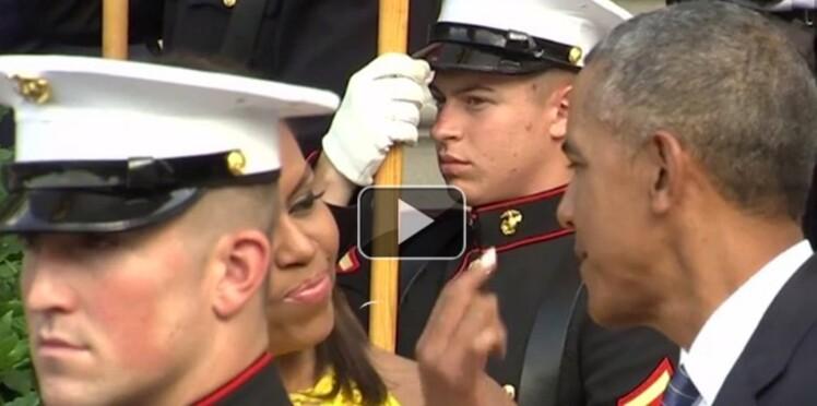 Vidéo : Quand Michelle Obama nettoie le nez de son mari en pleine cérémonie officielle
