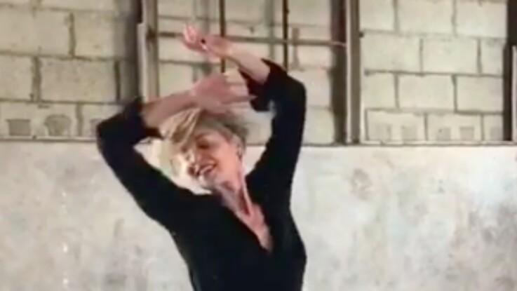Vidéo - Sharon Stone, sexy sexa, danse en culotte et cuissardes