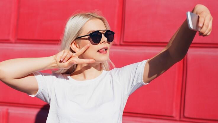 """VIDÉO - Voilà pourquoi vous ne devez plus faire le signe """"peace"""" sur vos photos !"""