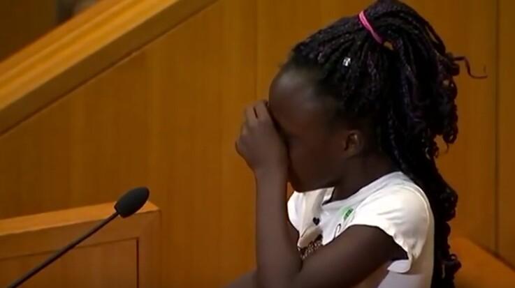 Une fillette de 9 ans pleure les victimes des violences policières