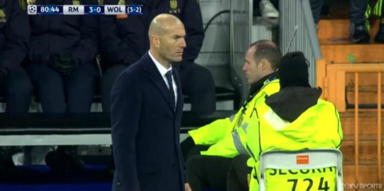 Zinédine Zidane craque son pantalon en plein match