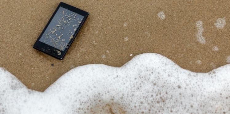 VIDÉO - Comment réparer un téléphone portable qui est tombé dans l'eau ?
