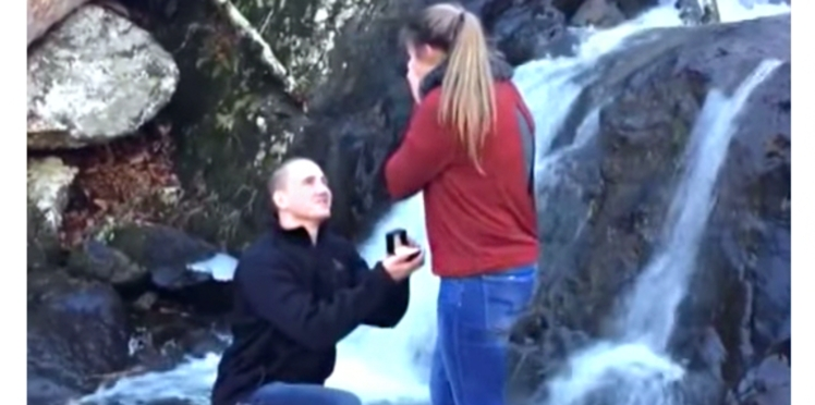 VIDEO - Sa demande en mariage tombe à l'eau