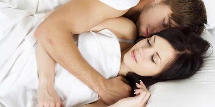 Collé serré, dos à dos… votre position au lit en dit beaucoup sur votre couple