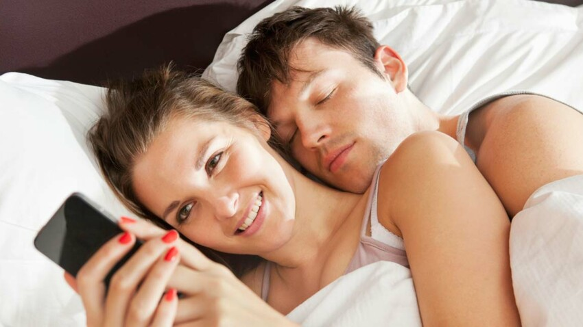 Le smartphone, meilleur ennemi du couple pendant les vacances